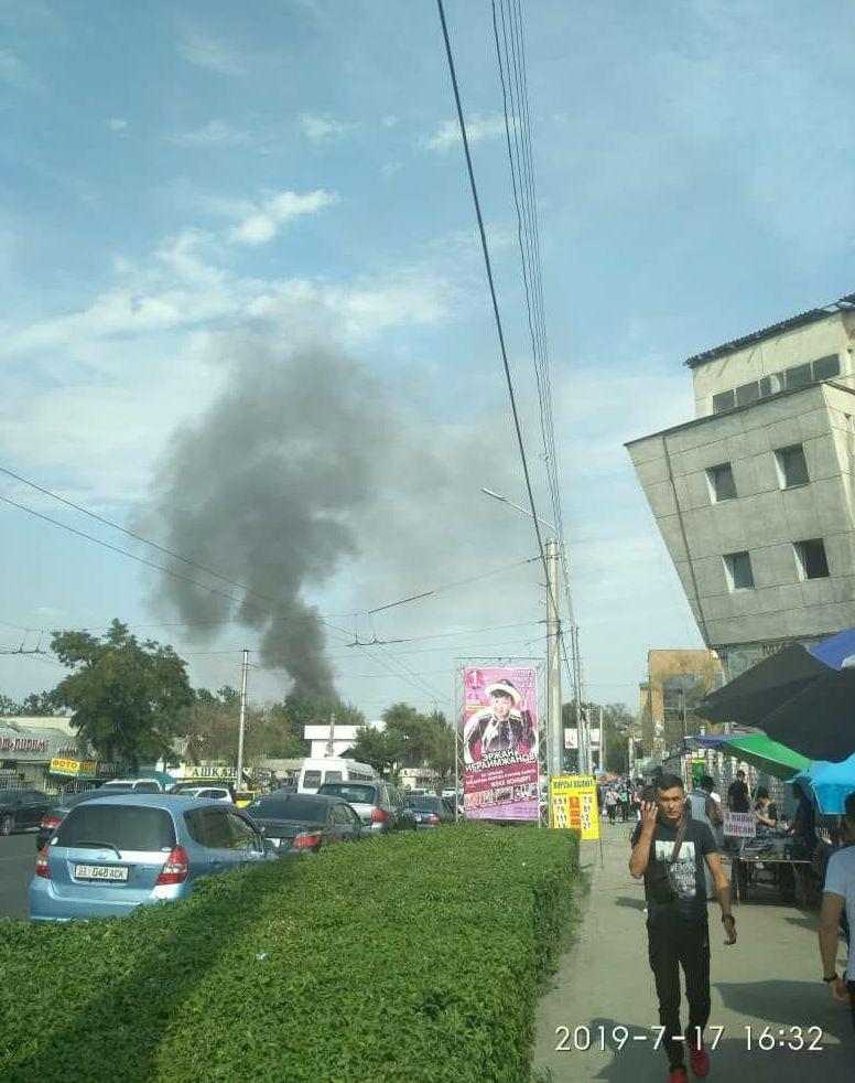 В районе Ошского рынка горит ресторан