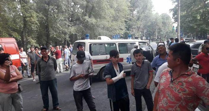 Сотрудники МЧС на месте возгорания в ресторане в районе Ошского рынка Бишкека