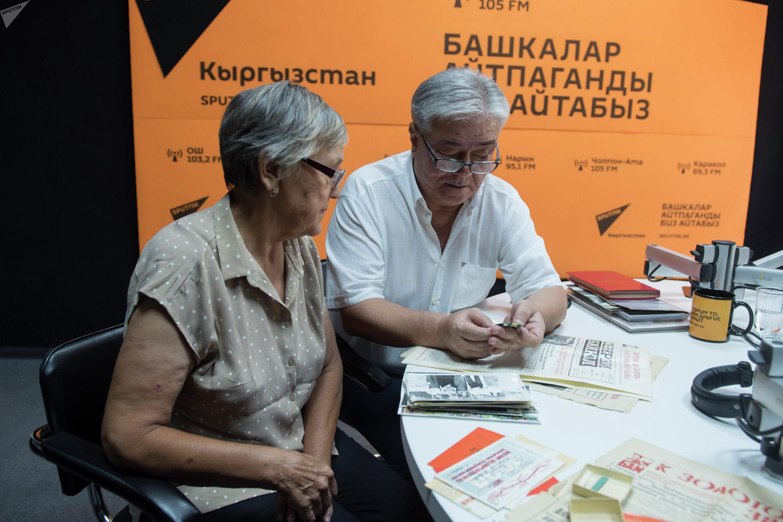 Ветераны строительства БАМа Азамат Такырбашев и Мадина Голышева во время беседы на радио Sputnik Кыргызстан