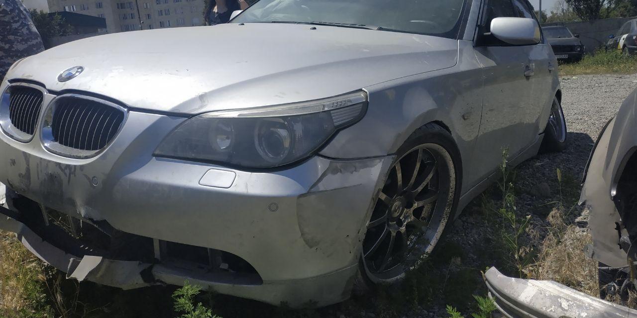 Автмобиль BMW 545 поврежденный в ДТП с участием трех машина по улице Токомбаева (Южная магистраль) в Бишкеке