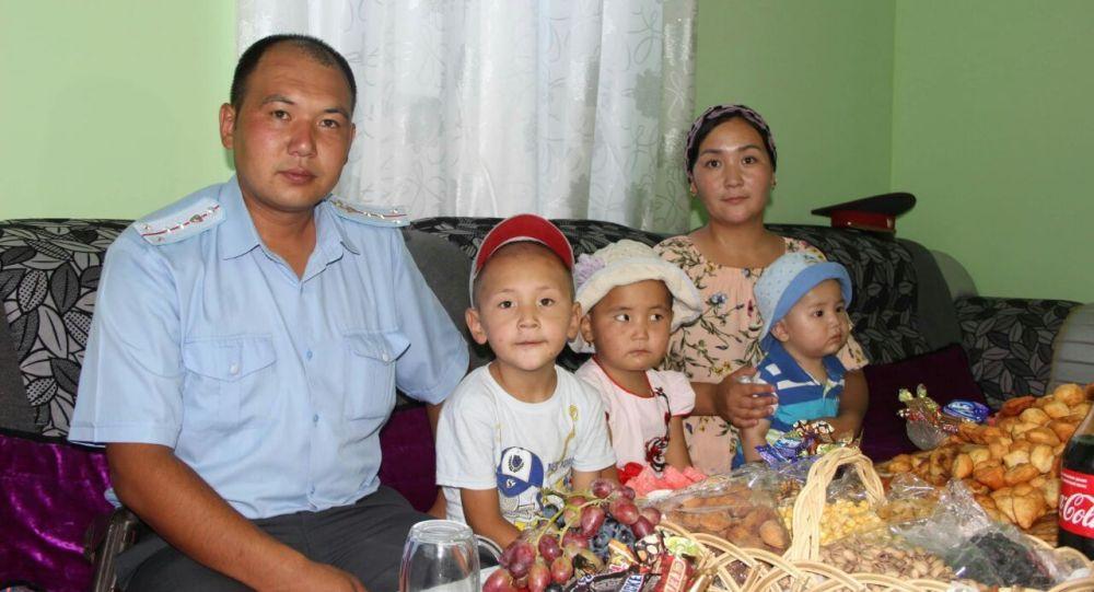 В Кадамджайском районе в селе Мин-Чынар для участкового Чырмаша Усен уулу построили трехкомнатный дом со служебным помещением