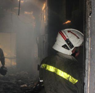 Сотрудники МЧС на месте пожара. Архивное фото