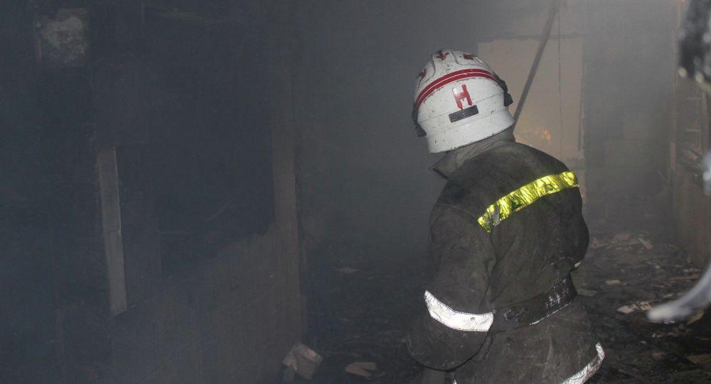 Сотрудники МЧС на месте пожара в ресторане возле Ошского рынка в Бишкеке
