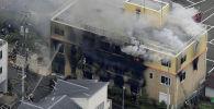 Пожарные тушат огонь в студии аниме в Токио после поджога. 18 июля 2019 года