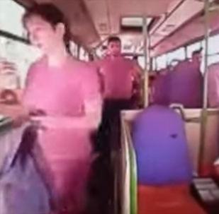 В турецкой провинции Коджаэли девушка получила тяжелые травмы, по непонятной причине выйдя из движущегося автобуса. Водителя временно взяли под стражу.