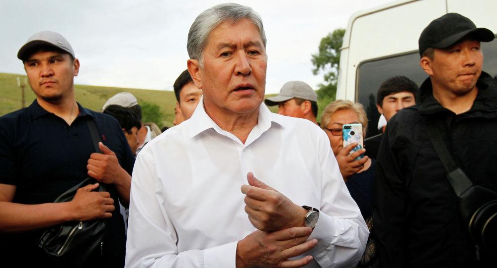 Бывший президент Кыргызстана Алмазбек Атамбаев и его сторонники присутствуют на встрече с журналистами в селе Кой-Таш близ Бишкека. 27 июня 2019 года
