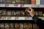 Табачный торговец продает пачки сигарет в Франции. Архивное фото