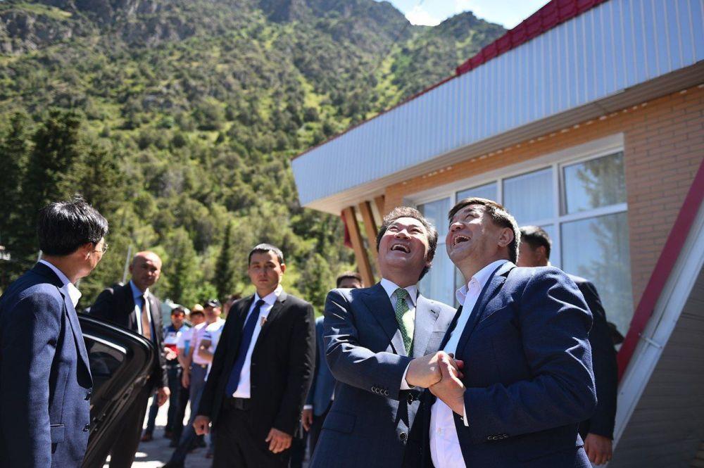 Премьер-министр Кыргызстана Мухаммедкалый Абылгазиев во время посещения ущелья Ала-Арча с премьер-министром Южной Кореи Ли Нак Ёном, прибывшим в КР с официальным визитом