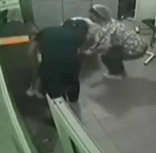 В узбекском сегменте социальных сетей распространяется видео, где врач спасает жизнь двухлетнему ребенку, у которого остановилось дыхание.
