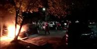 Күбөлөр жалында калган автоунаанын жанындагы машиналарды ары түртүп, аларды куткарып калышкан.