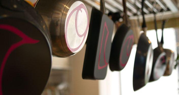 Сковороды на кухне. Архивное фото
