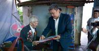 Бишкекте жашаган Улуу Ата мекендик согуштун ардагери Петр Поломошнов 95 жаш курагын белгилеп жатат.