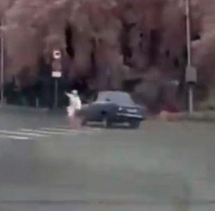 В Кирове (Россия) мужчина на ВАЗ-2106 устроил гонку с полицейскими. По словам местных жителей, это напомнило им сцену из боевика Форсаж.