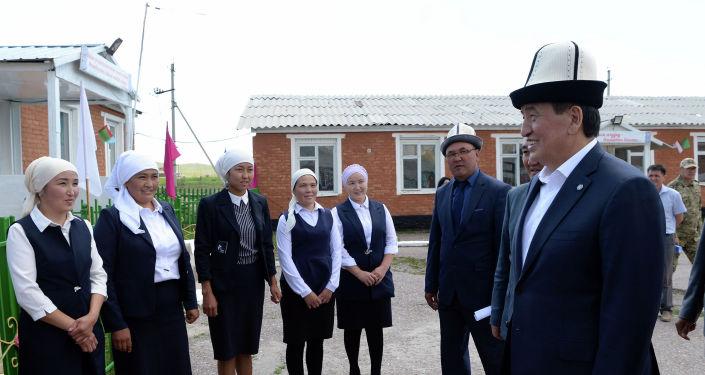 Президент КР Сооронбай Жээнбеков посетил отдаленные села Сары-Таш и Кун-Элек Алайского района в рамках своей рабочей поездки в Ошскую область