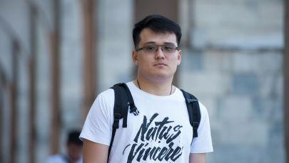 Профессиональный киберспортсмен, одни из ста лучших игроков в мире в Dota-2 Бакыт Zayac Эмилжанов