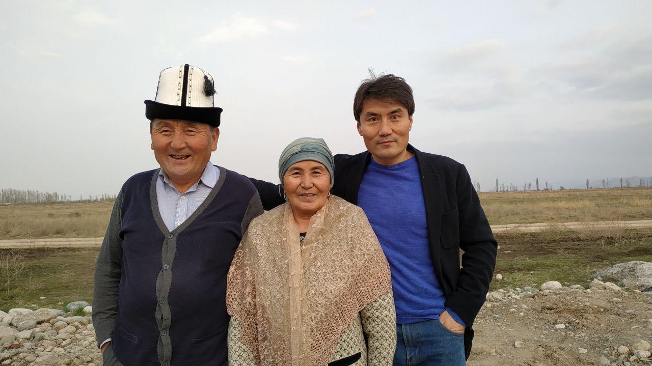 Руководитель пресс-службы Жогорку Кенеша Ибраим Нуракун уулу с родителями
