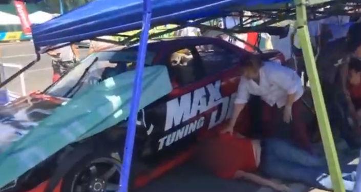 На кадрах видно, как помогают пострадавшим. Также очевидцы отправили видео момента наезда с другого ракурса.