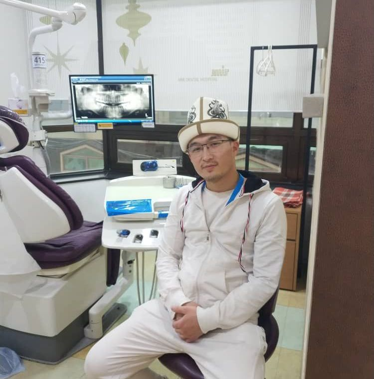 Стоматолог Эрбол Эмилбеков в рабочем кабинете