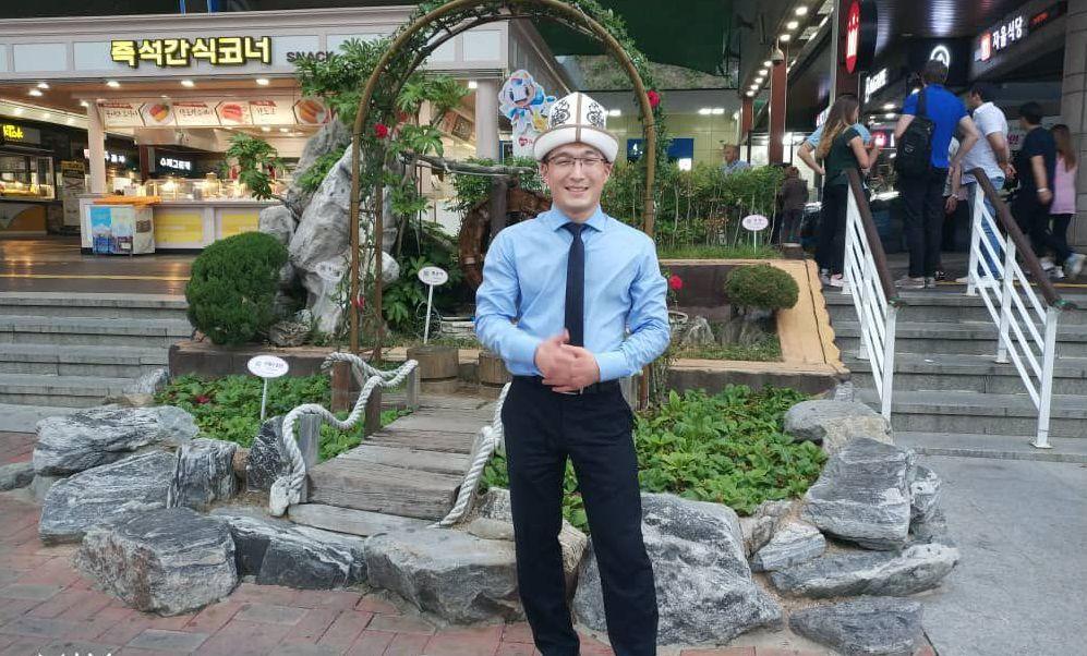 Стоматолог Эрбол Эмилбеков во время визита в Китай