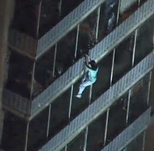 Мужчина слез по решеткам балконов, спасаясь от пожара.