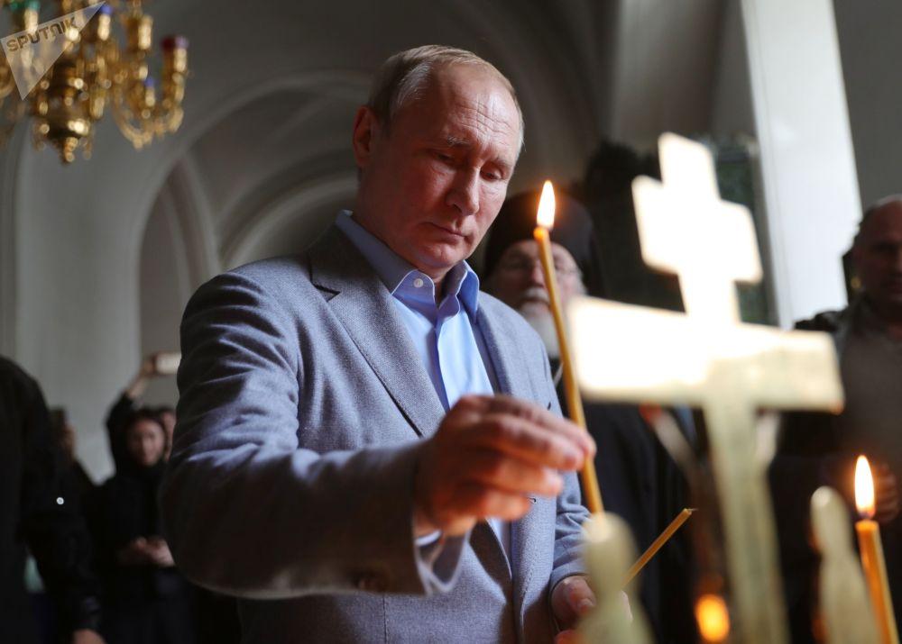 Президент РФ Владимир Путин во время посещения Спасо-Преображенского собора Валаамского ставропигиального мужского монастыря. 17 июля, 2019.