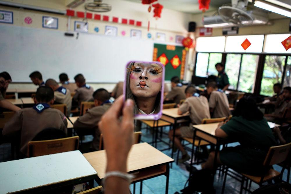 Учитель английского Терафонг Муссат, известный как учитель Балли, готовится к уроку в одной из тайских провинций