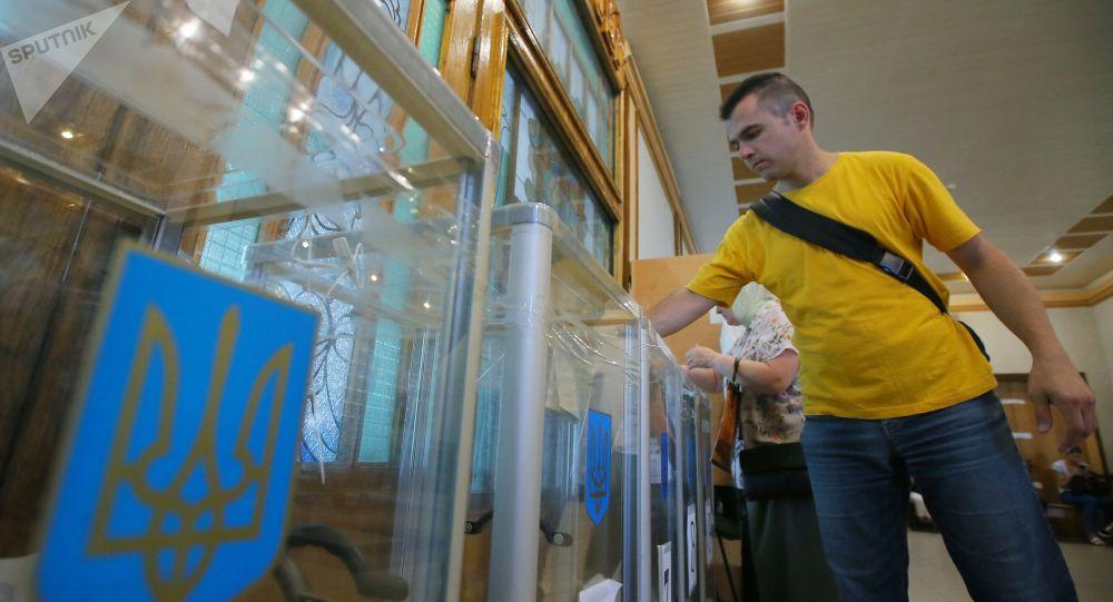 Избиратель голосует на участке в Киеве на досрочных выборах в Верховную раду Украины.