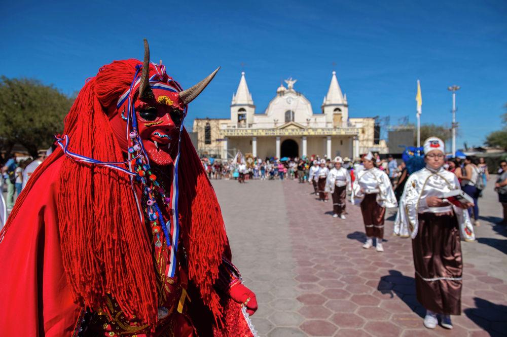 Танцоры в традиционных костюмах выступают во время религиозного карнавала La Tirana в Чили