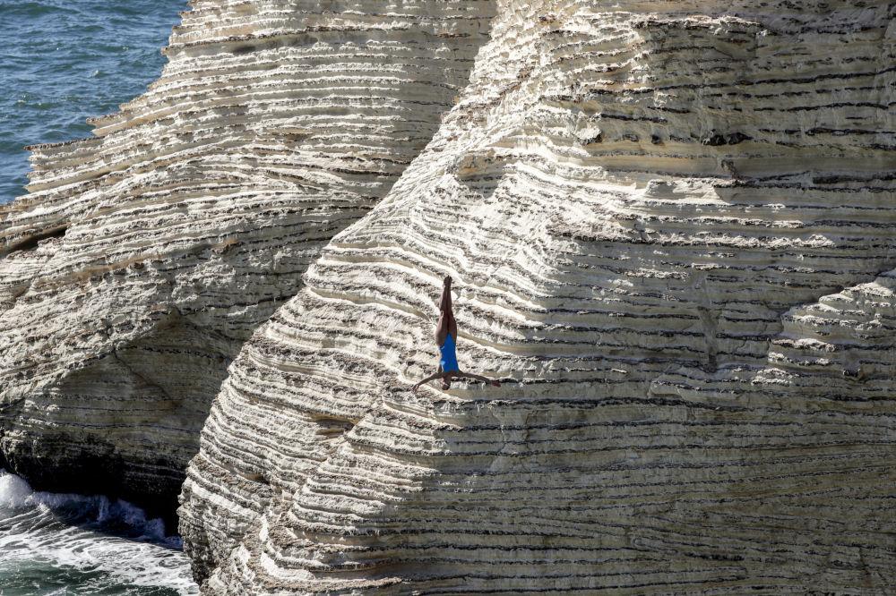 Дайвер прыгает со скалы Рауше в Бейруте на турнире Red Bull Cliff Diving 2019