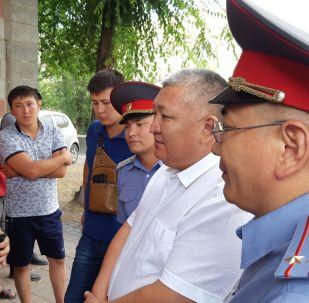 Ички иштер министринин орун басары Мирлан Каниметов мурдагы президент Алмазбек Атамбаевдин Кой-Таш айылындагы үйүнө келди.