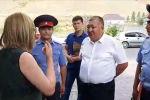 Замминистра со следователями пришел к экс-президенту, но их не пустили в дом. Беседу чиновника и советника Алмазбека Атамбаева сняли на видео.