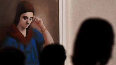 Посетители рассматривают картину Задумчивая Ольга. Архивное фото