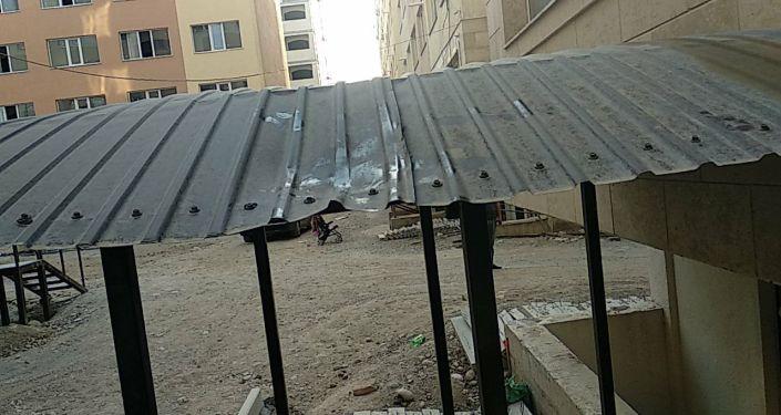 В столице из окна четвертого этажа выпала маленькая девочка