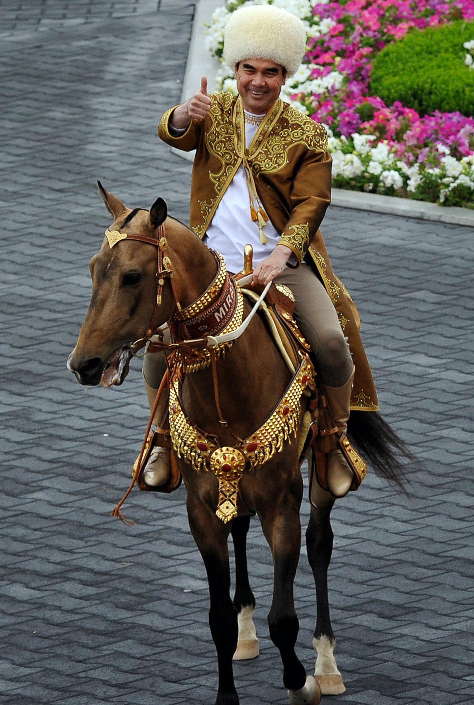 Президент Туркменистана Гурбангулы Бердымухамедов верхом на коне, старинном племени ахалтекинской породы Бегхан, которого выиграл на конкурсе ежегодной конной красоты в Ашхабаде. 23 апреля 2016 года