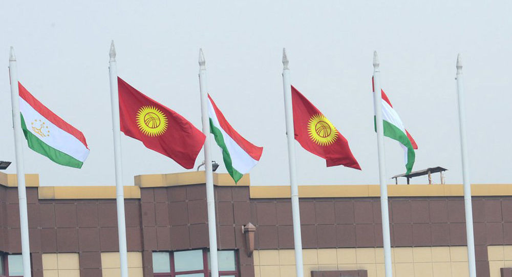 Флаги Кыргызстана и Таджикистана. Архивное фото