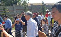 Кыргызстандын мурдагы президенти Алмазбек Атамбаев Россияга аттануу үчүн Кой-Таштагы үйүнөн машина менен чыгып кетти