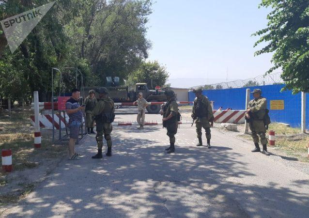 Военнослужащие около авиабаза ОДКБ Кант откуда собирается вылететь в Москву бывший президент КР Алмазбек Атамбаев