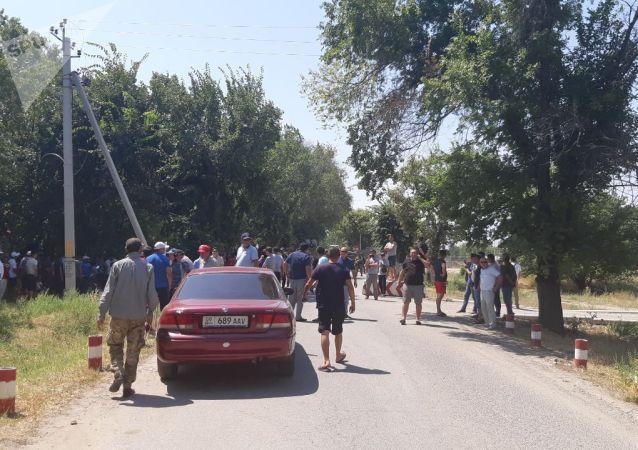 Люди около авиабаза ОДКБ Кант откуда собирается вылететь в Москву бывший президент КР Алмазбек Атамбаев