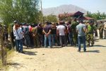 Местные жители и сотрудники МВД на кыргызско-таджикской границе в Баткенской области. Архивное фото