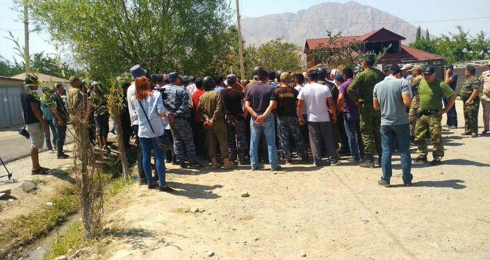 Местные жители и сотрудники МВД на кыргызско-таджикской границе в Баткенской области