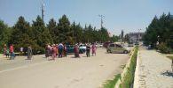 Кыргыз-тажик чегиндеги жаңжалдан жабыркаган Ак-Сай айылынын эли Баткен облустук администрациянын алдына митингге чыгышты