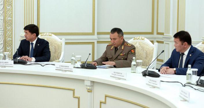 Президент КР Сооронбай Жээнбеков провел рабочее совещание о мерах по обеспечению пограничной безопасности, в том числе по вопросам на участке кыргызско-таджикской государственной границы в Баткенской области