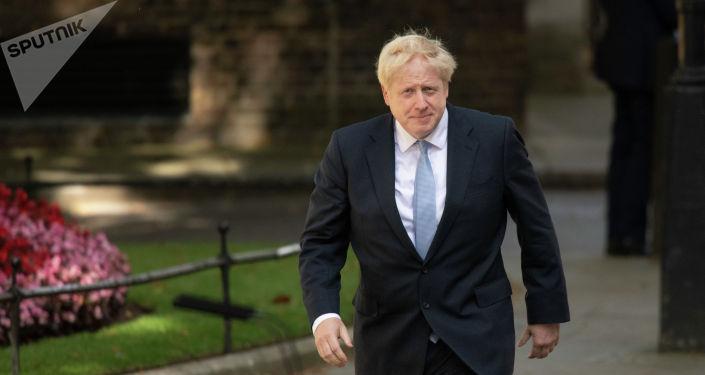 Премьер-министр Борис Джонсон направляется к резиденции на Даунинг-стрит, 10, чтобы выступить со своей первой речью в новой должности.
