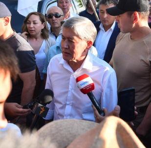 Бывший президент КР Алмазбек Атамбаев отвечает на вопросы журналистов на авиабазе Кант, после прилета из Москвы