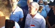 Самолет с бывшим президентом приземлился на авиабазе ОДКБ Кант. Его встретили примерно 200 сторонников. Корреспондент Sputnik Кыргызстан снял это на видео.