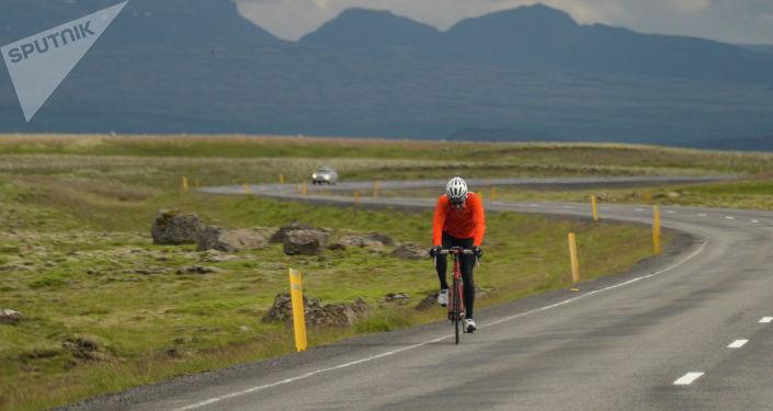 Велосипедист едет по дороге. Архивное фото