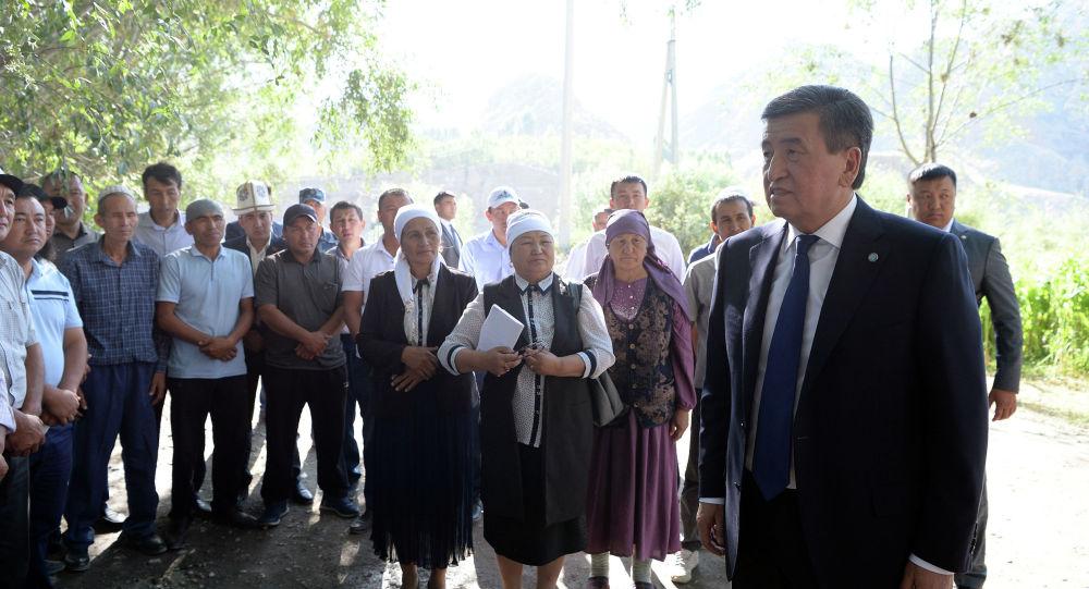 Президент Сооронбай Жээнбеков Ак-Сай айылында жергиликтүү тургундар менен жолугушуу учурунда