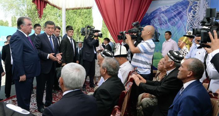 Мамлекет башчы Сооронбай Жээнбеков Тажикстан президенти Эмомали Рахмон менен