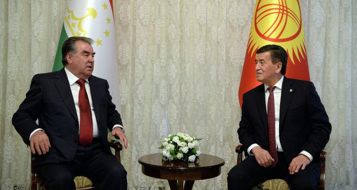 Президент Кыргызстана Сооронбай Жээнбеков и глава Таджикистана Эмомали Рахмон во время переговоров в городе Чолпон-Ата