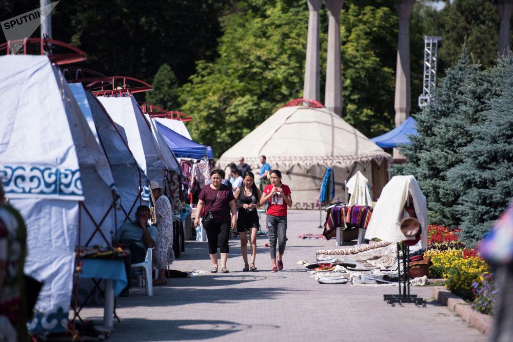 Бишкектин чок ортосунда салттуу маданият жана кол өнөрчүлүк боюнча эл аралык Оймо фестивалы ишин баштады.